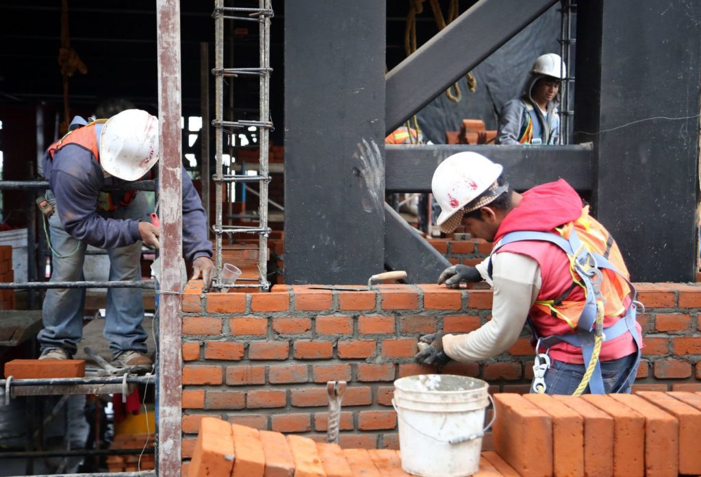 UNAM imparte curso gratuito para que albañiles se profesionalicen en lectura de planos