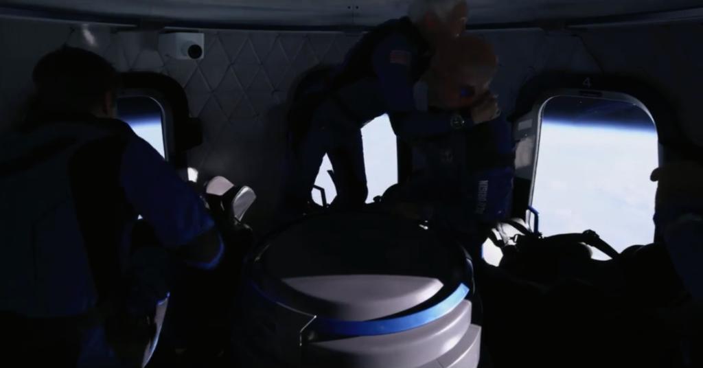 Revelan primer video de Jeff Bezos flotando junto a la tripulación en la cápsula espacial
