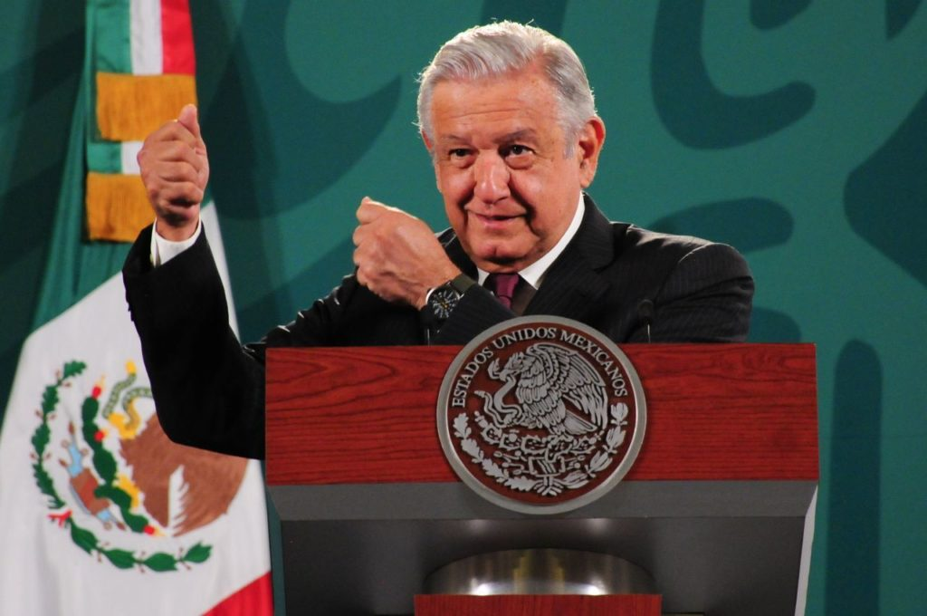 AMLO se compromete a dar recursos adicionales al gobierno de Colima