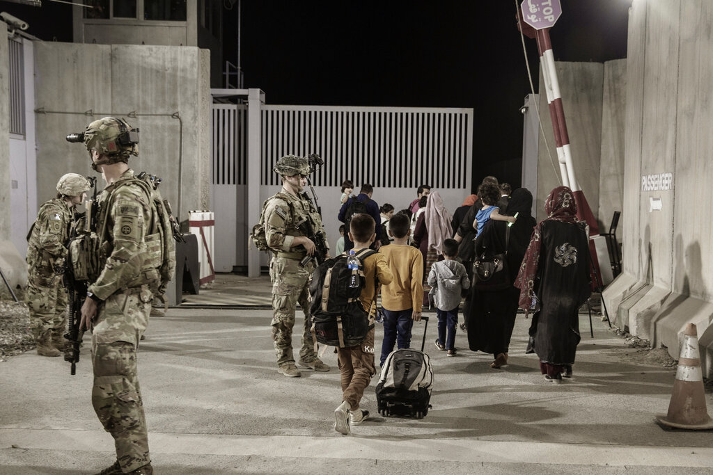 Tras ataques suicidas en Kabul, Biden bombardea blanco del Estado Islámico en Afganistán