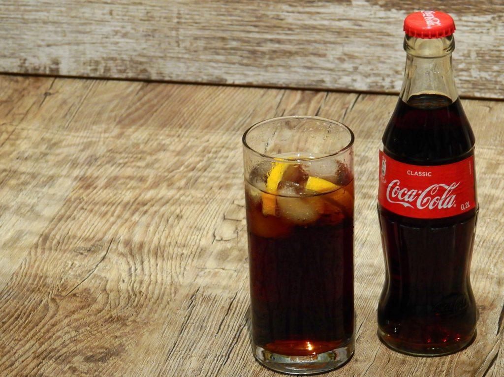 Hombre muere horas después de tomar litro y medio de Coca-Cola en 10 minutos; esto sabemos