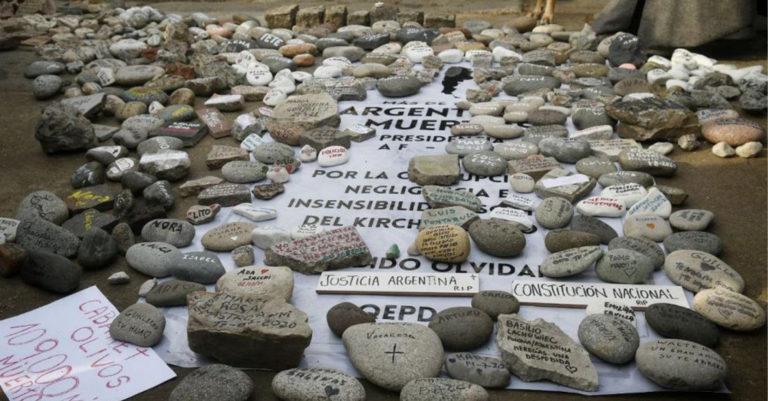 Decenas de piedras con el nombre de algunos de los casi 110 mil fallecidos por COVID-19 en Argentina fueron depositadas en la Casa de Gobierno