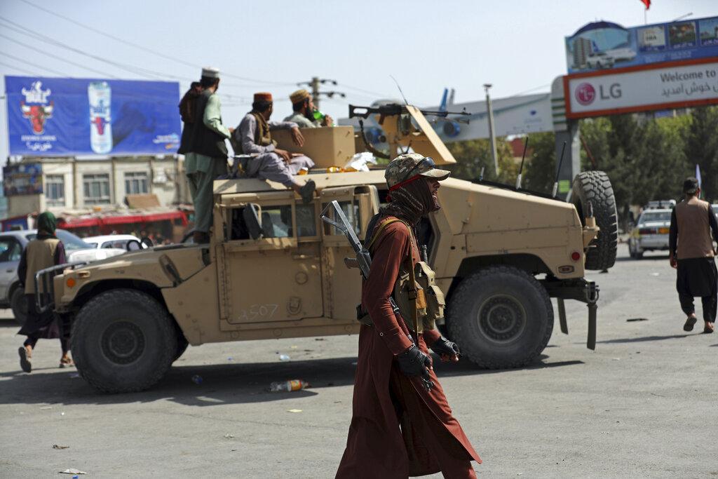 Talibanes se adueñan de armas, helicópteros y aviones de combate provistos por EE.UU.