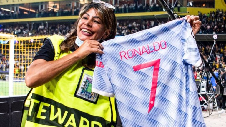Mujer recibe jersey de Cristiano tras brutal impacto con la pelota