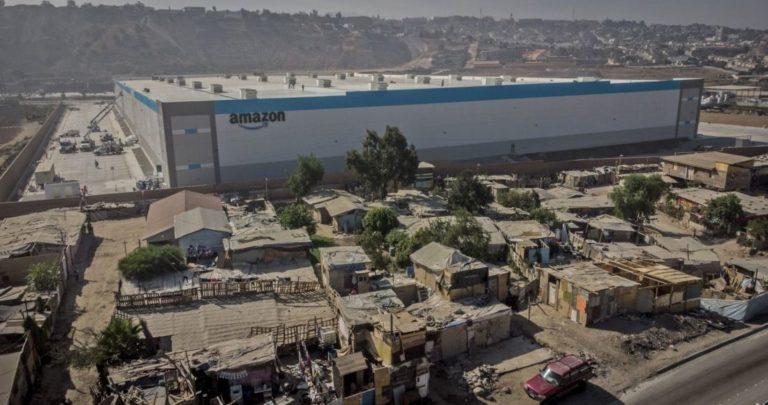 Amazon abre planta de distribución en Tijuana rodeada de casas de madera vecinas