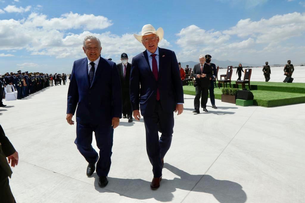AMLO conversa con embajador de Estados Unidos en Feria Aeroespacial de Santa Lucía