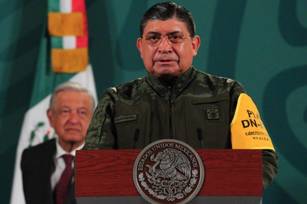 """AMLO presume confianza del pueblo en las Fuerzas Armadas: """"No están ayudando mucho"""""""