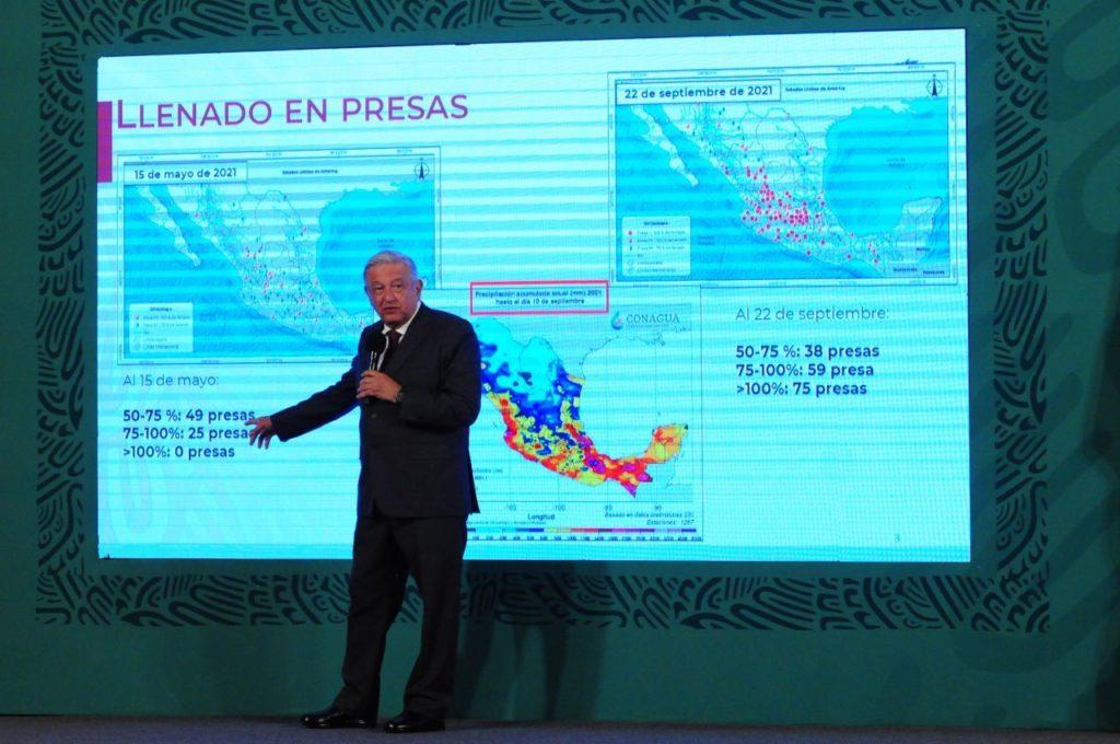 AMLO señala que mayoría de las presas están llenas; Conagua advierte riesgo de inundaciones