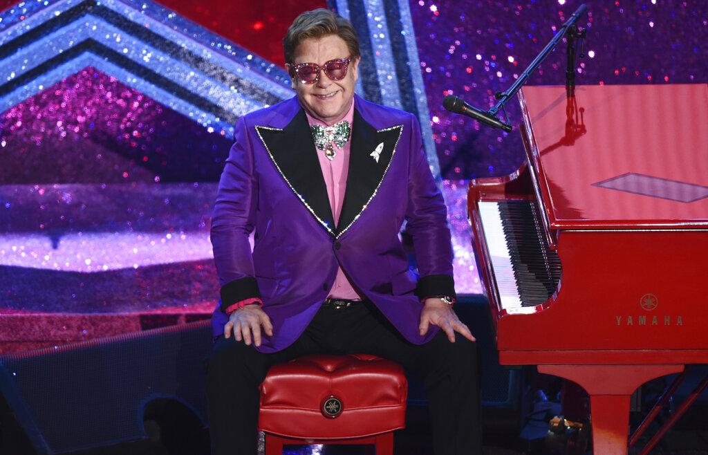 Elton John aplaza conciertos en Europa por lesión de cadera que requiere cirugía
