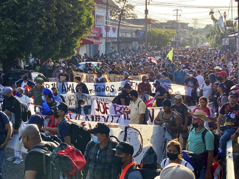 Caravana de más de 2 mil migrantes inicia marcha desde el sur de México; se dirigen a EU
