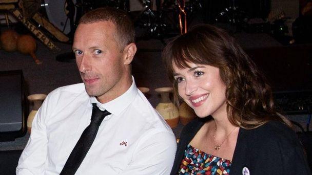 """Ella está aquí"": Chris Martin de Coldplay declara su amor a Dakota Johnson frente a miles de fans"