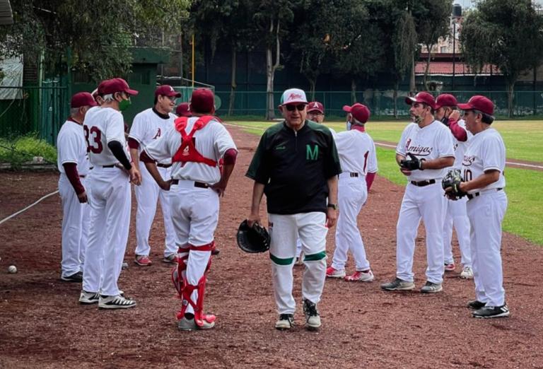 """AMLO se escapa a jugar béisbol y termina con """"pequeño desgarre"""" (VIDEO)"""