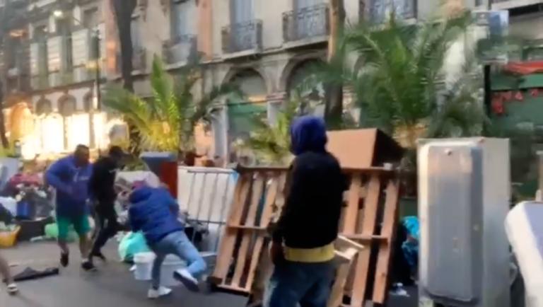 Desalojo en la colonia Juárez termina en riña; se golpean con palos y martillos (VIDEO)