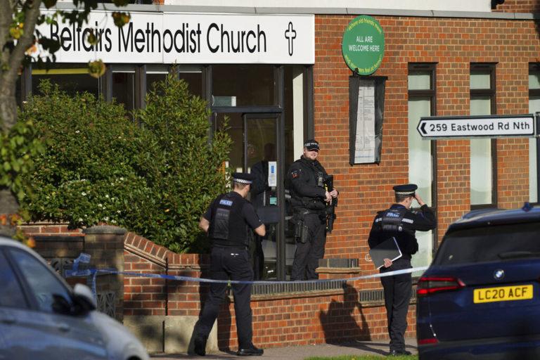 Fallece legislador conservador británico, David Amess, tras ser apuñalado en iglesia (VIDEO)